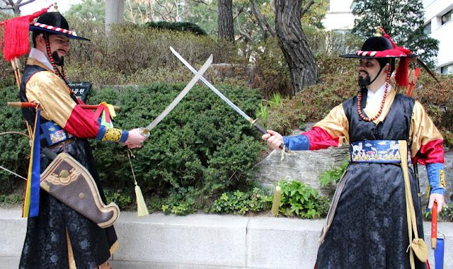 Dos guardias coreanos de palacio luchando con espada