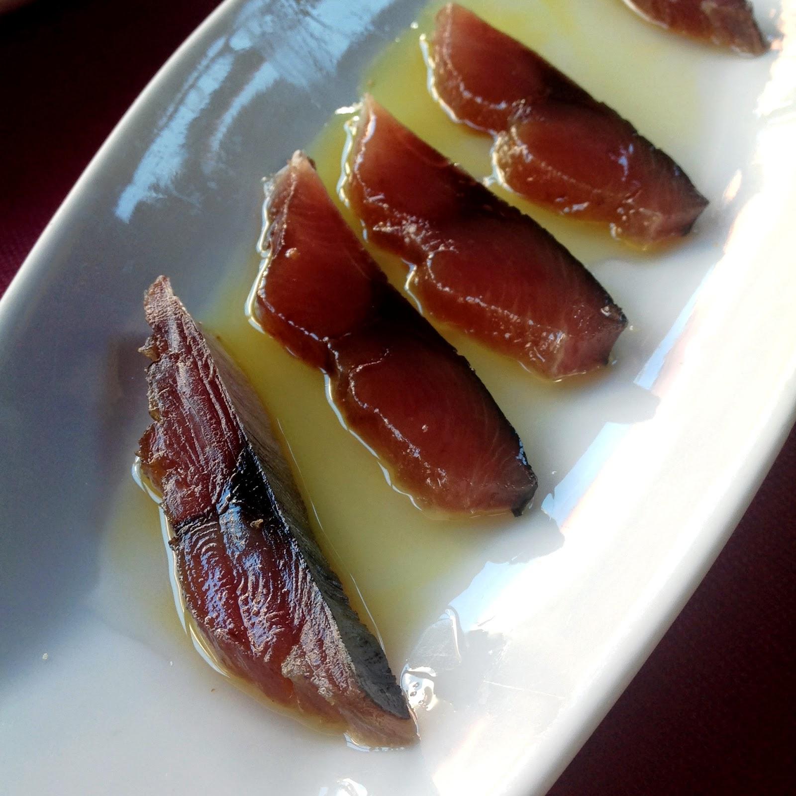 Uno de los salazones típicos de la zona; bonito curado con un buen chorro de aceite de oliva virgen extra