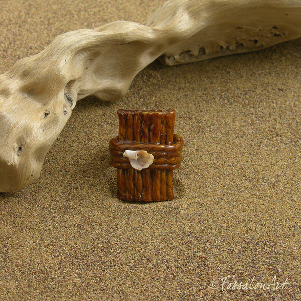 Anello in corda e frammento di conchiglia