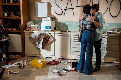 Sueli (Andréa Beltrão) e PC (Daniel Boaventura) se abraçam no consultório destruído - Crédito: Globo/Renato Rocha Miranda