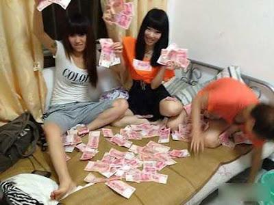 Foto Perempuan Pamer Uang Di Internet Bikin Heboh [ www.BlogApaAja.com ]