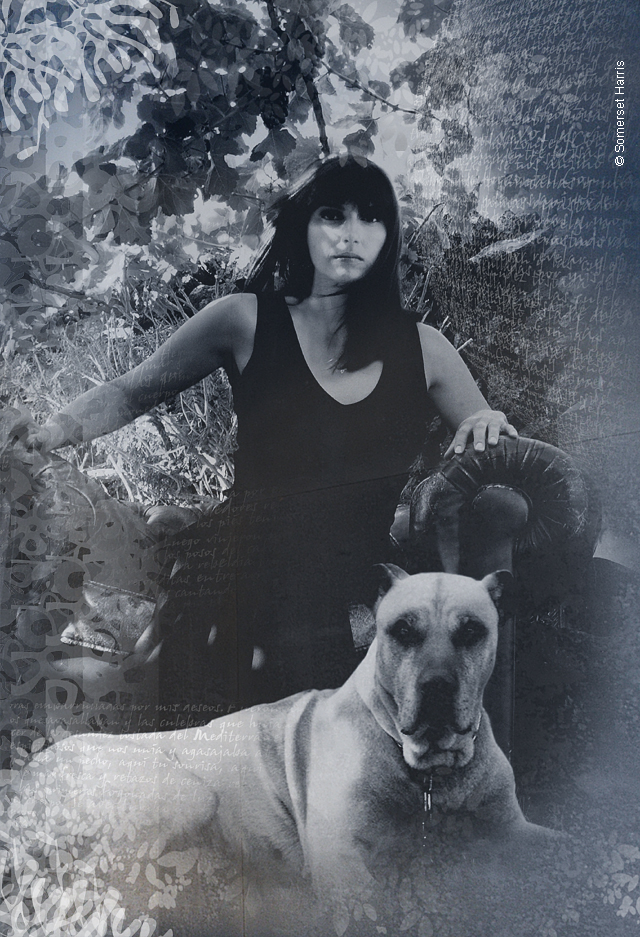 Woman and dog seating in the garden. Mujer, perro, jardin