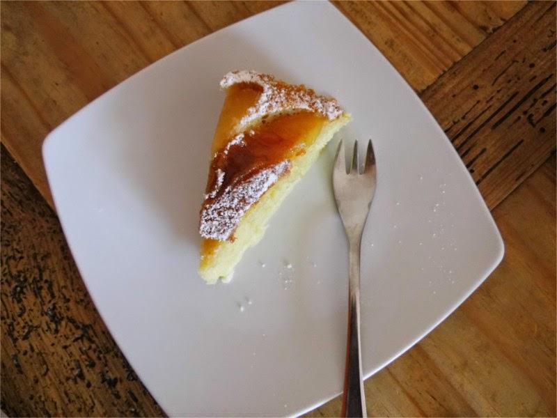 Stück Apfelkuchen auf Teller angerichtet