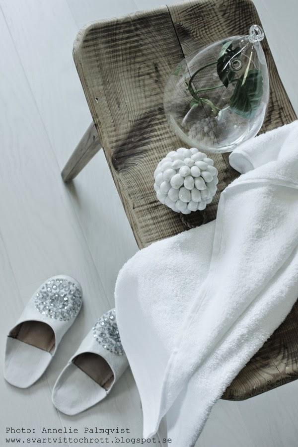 marockanska tofflor, vita tofflor, träpall, träpallar, vit handduk, vitt, vitt golv, plankgolv, parkett, tofflorna, paljetter på innetofflor,
