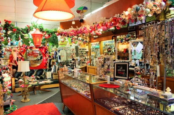Amazingly decorated vintage shop! #vintage #shop #decor