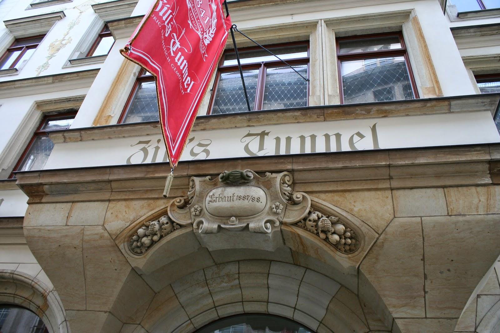 """Die alte Gaststätte """"Zills Tunnel"""" wurde 1887 abgerissen - das aktuelle Haus wurde 1887/1888 erbaut, am 11.08.1888 eröffnet und weiter unter diesem Namen geführt - in den Jahren 1999/2000 wurde es restauriert - auch noch heute lädt das gleichnamige Restaurant """"Zills Tunnel"""" zu urigen sächsischen Speisen und Getränken ein"""