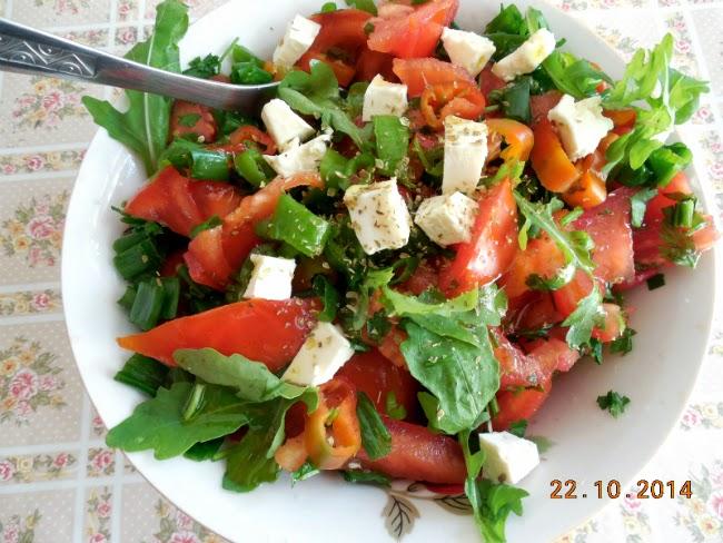 salata de rosii cu ceapa verde, rucola, ardei si branza de capra