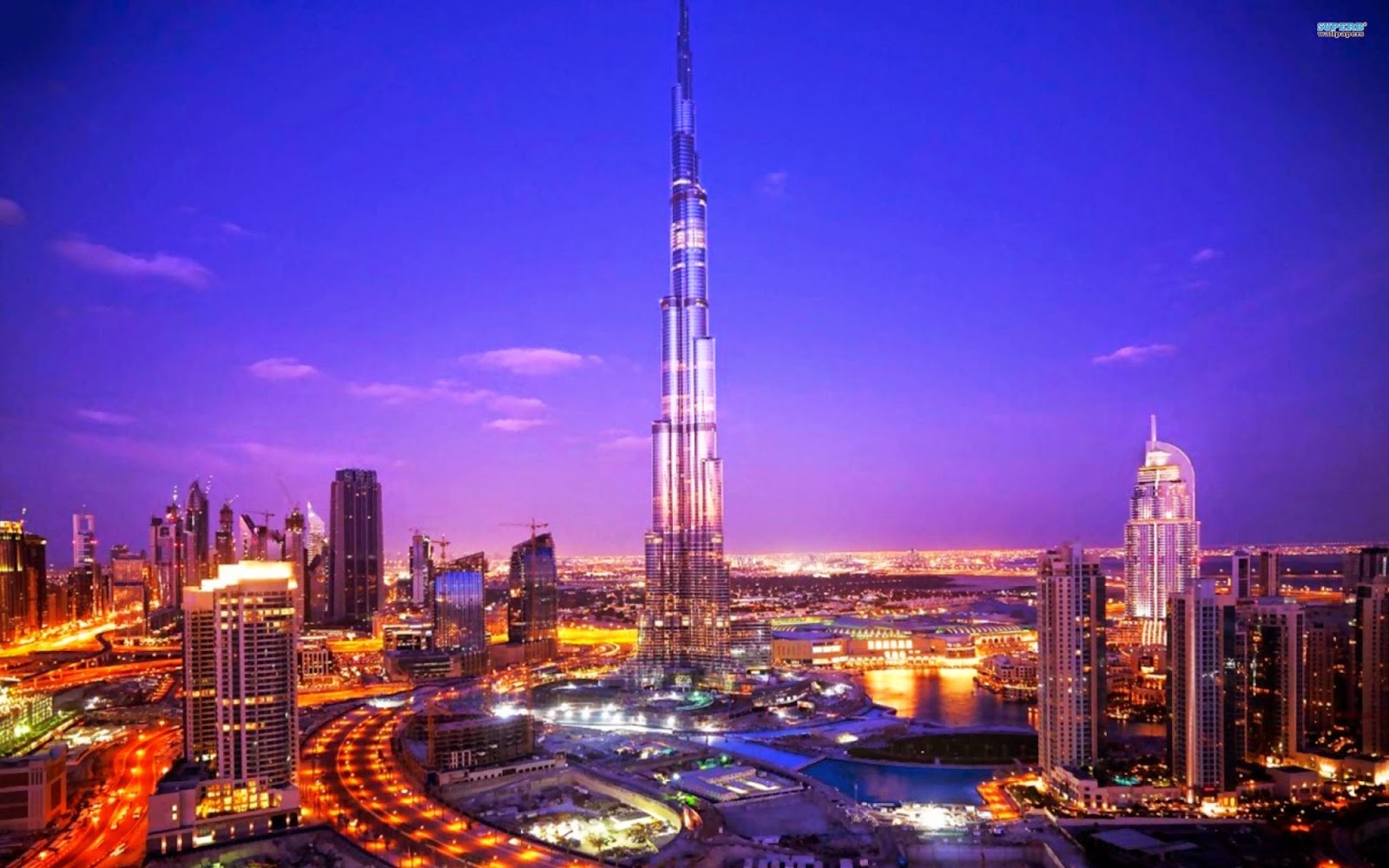 Вечером Дубай превращается в россыпь цветных огней.