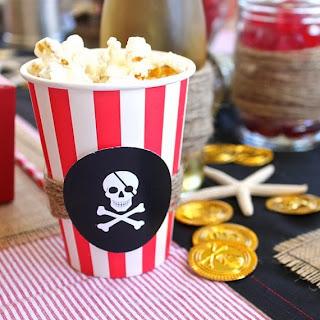 copos listrados vermelhos piratas