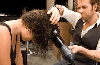 Setelah model rambut panjang berjaya dalam beberapa waktu lalu, kini model rambut pendek mulai mengambil alih. Dan banyak wanita yang kemudian pindah aliran dan lebih memilih model rambut pendek.