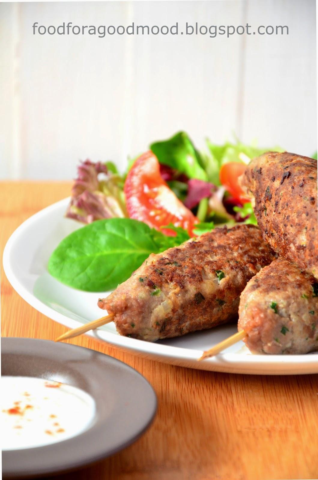 Polska, niczym Turcja powoli staje się ojczyzną kebaba ;) Nie mogło więc na blogu zabraknąć i takiego przepisu. Zamiast jadać byle co w budkach na mieście, lepiej zakasać rękawy i przygotować pachnący kuminem kebab w swoim domu.