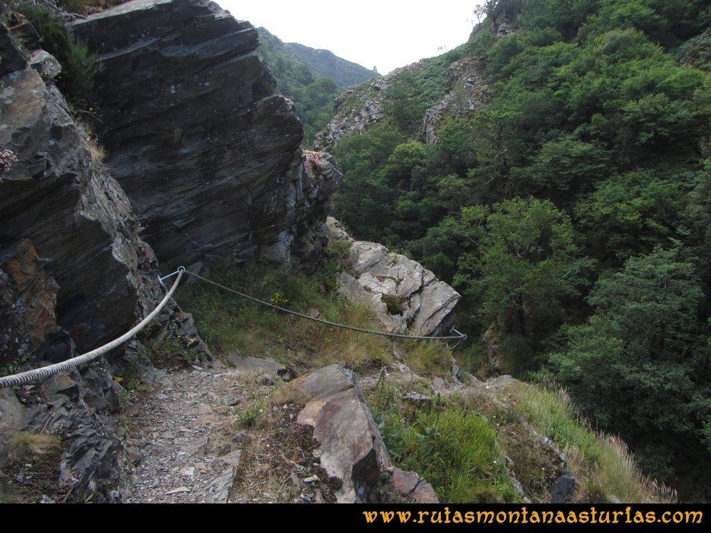 Ruta Hoces del Esva: Vista del camino con cuerda de seguridad