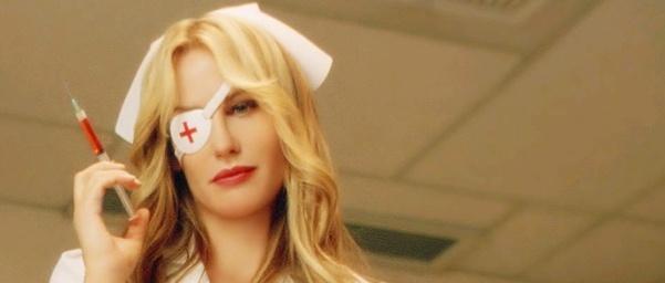 Elle Driver (Daryl Hannah) sostiene una jeringuilla, vestida de enfermera...