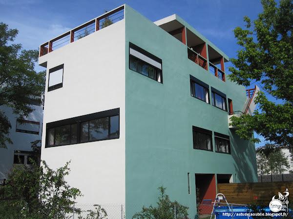"""Pessac - Cité Frugès - Quartiers modernes Frugès  Maisons """"zigzag"""", """"quinconce"""", """"jumelle"""", """"gratte-ciel"""", """"arcade"""", """"isolée""""  (une maison détruite en 1942)  Architectes: Le Corbusier, Pierre Jeanneret  Construction: 1924 - 1926"""