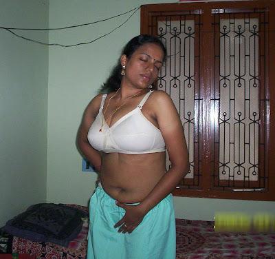 bhabhi removing salwar in bra only