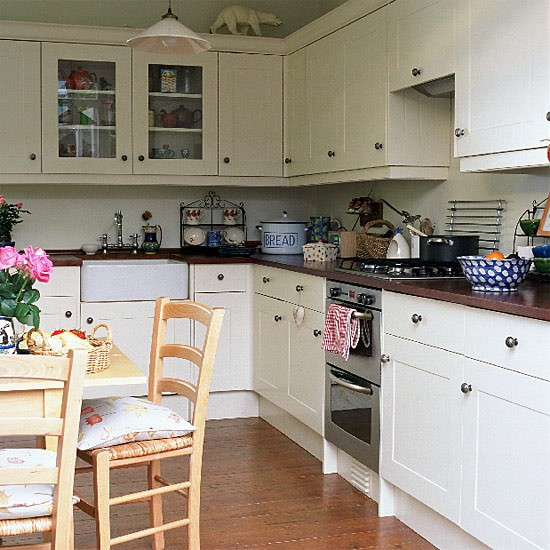 The olde barn dreamy white kitchens - Cuisine campagnarde blanche ...