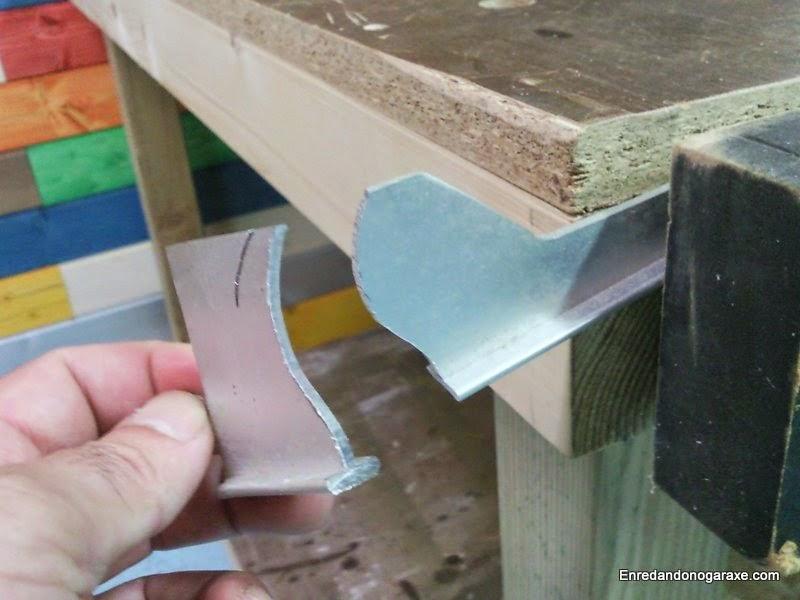 Chapa de aluminio cortada con la sierra de marquetería de arco. Enredandonogaraxe.com