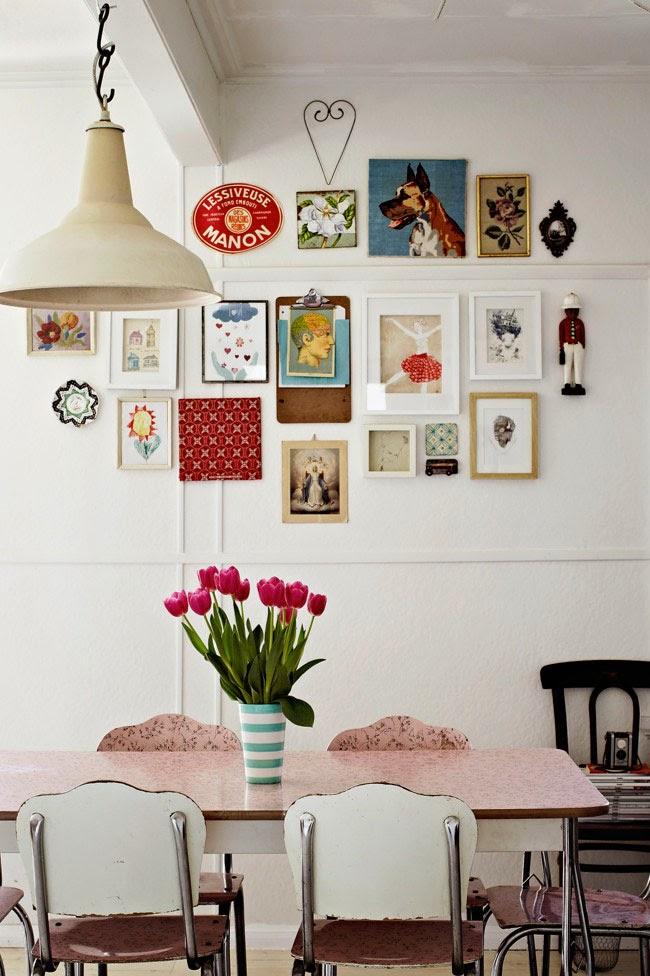 Kolrowe grafiki na białej ścianie, industrialny styl we wnętrzu