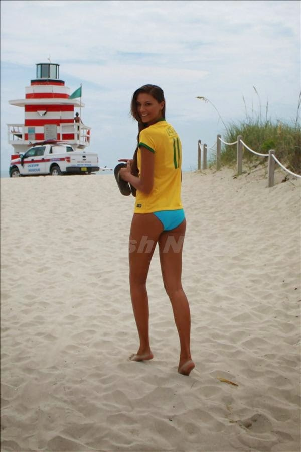 Fernanda Uesler Model Brazil Berbikini Main Bola Di Pantai