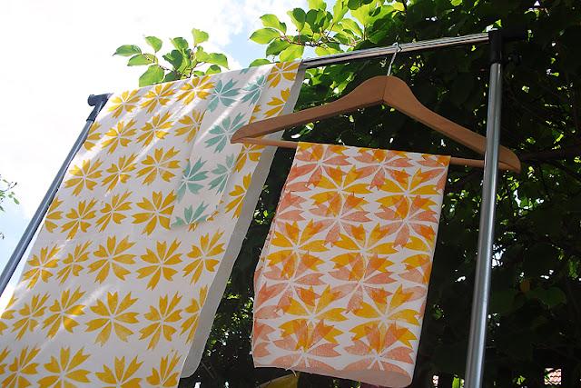 handbedruckte Stoffe im sonnigen Garten