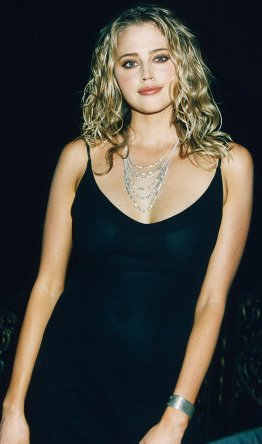 Estella Warren con hermoso vestido negro