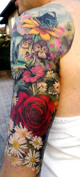 Tatuaje de flores a color en el brazo