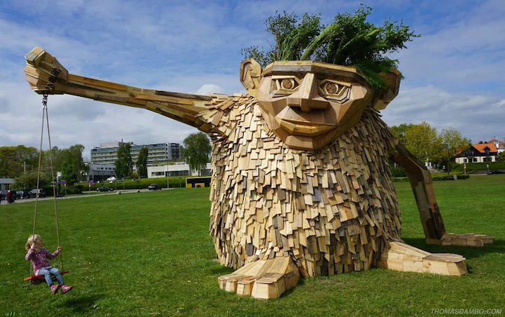 Gigantes criaturas míticas esculpidas a partir de trozos de madera desechada y materiales reciclados