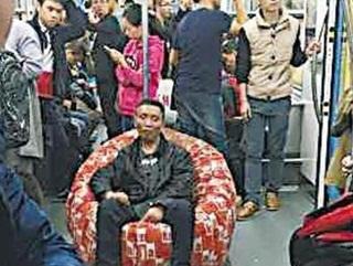 Pria Ini Rela Angkut Kursi supaya Tidur di Kereta