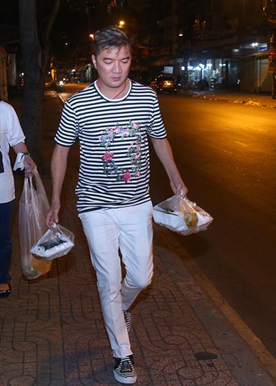 Đàm Vĩnh Hưng đem đồ ăn cho người nghèo