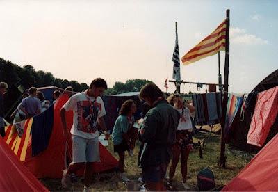 Jo, d'esquenes i amb la camisa verda, al ampament d'escoltes a Holanda l'estiu de 1992