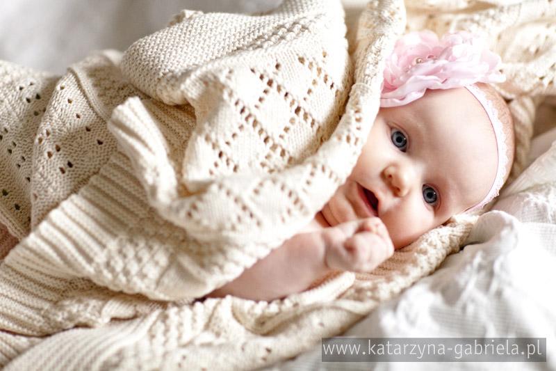 zaproszenie na chrzest, Zosia, pastelowe, zaproszenie ze zdjęciem, brudny róż, kwadratowe, tkany kocyk, szary, sznurek lniany, wiązane sznurkiem, zaokrąglone rogi, nietypowe i oryginalne zaproszenia, niemowlęce, zaproszenie na chrzest święty, zaproszenie ze zdjęciem, zaproszenie wiązane sznurkiem lnianym białym, pastelowa kolorystyka, sesja niemowlęca do zaproszeń, sesja dziecięca dziewczynki,