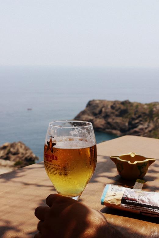 cerveza junto al mar