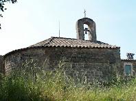 La façana nord i el campanar de cadireta de l'ermita de Sant Mateu