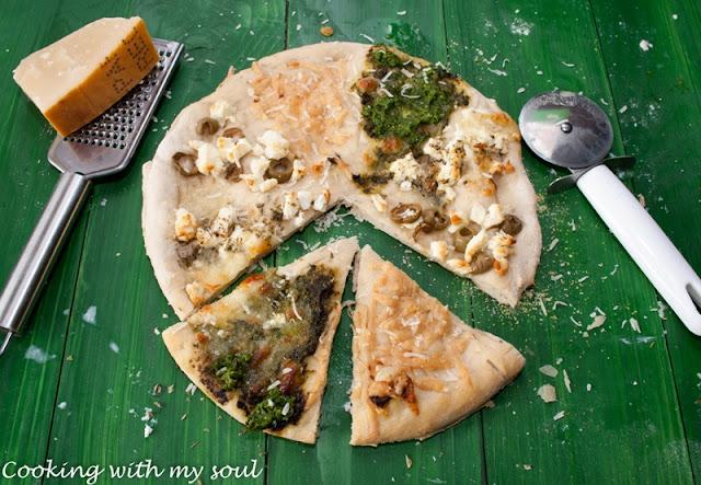 Pizza alba cu trei branzeturi si pesto de leurda