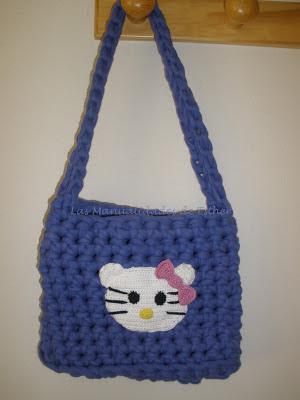 Bolso realizado con trapillo y con detalle de Hello Kitty a Crochet