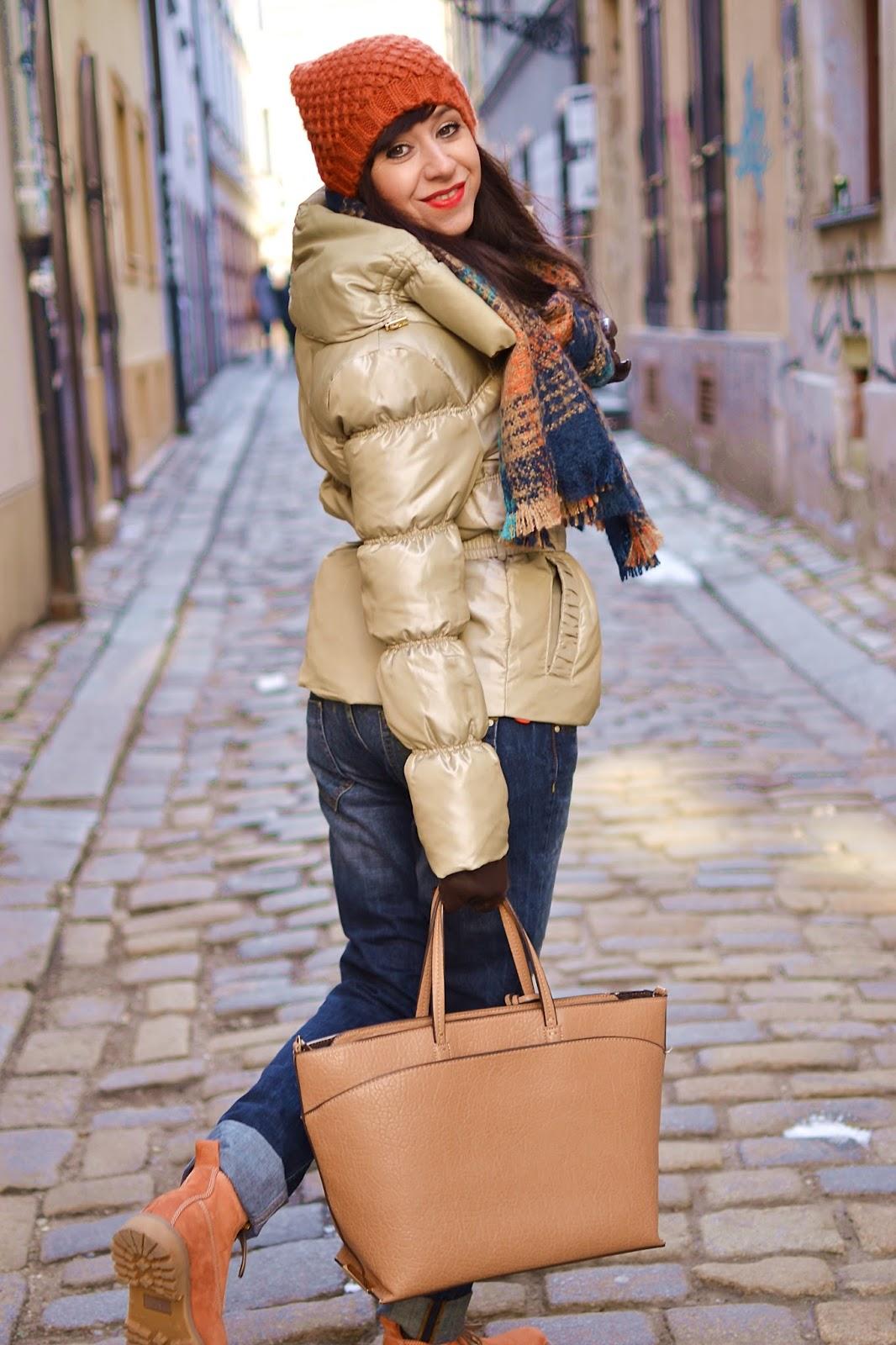 Love ripped boyfriend jeans_Katharine-fashion is beautiful_Roztrhané džínsy_Hnedé kožené rukavice_Oranžové pančuchy_Zlatá bunda_Katarína Jakubčová_Fashion blogger
