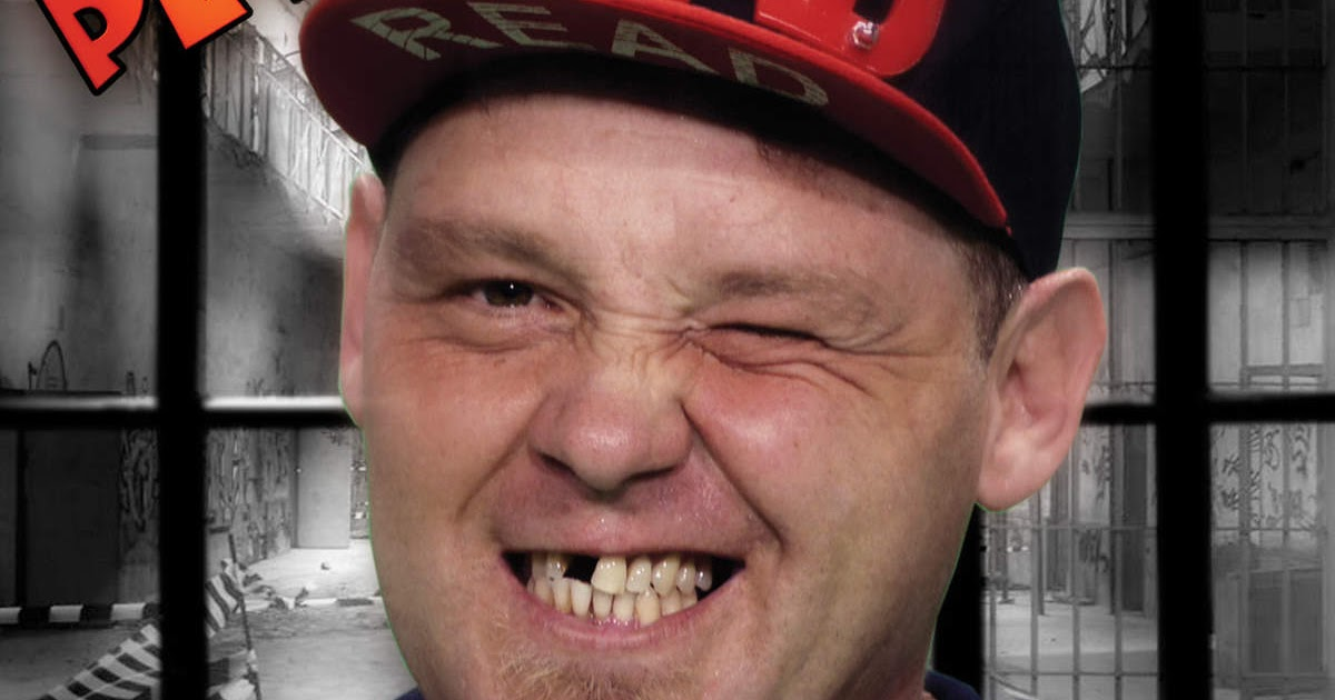 Hombre muestra un truco facilísimo para blanquear sus diente
