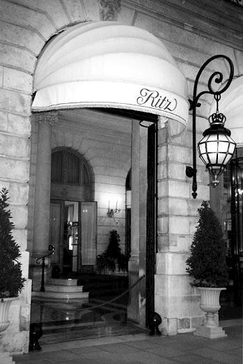 The entrance to the Ritz Paris hotel / Вход в отель Ritz Paris