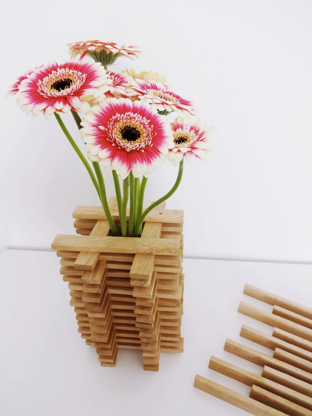 basteln malen kuchen backen vase aus baukl tze und rosa weisse gerbera. Black Bedroom Furniture Sets. Home Design Ideas