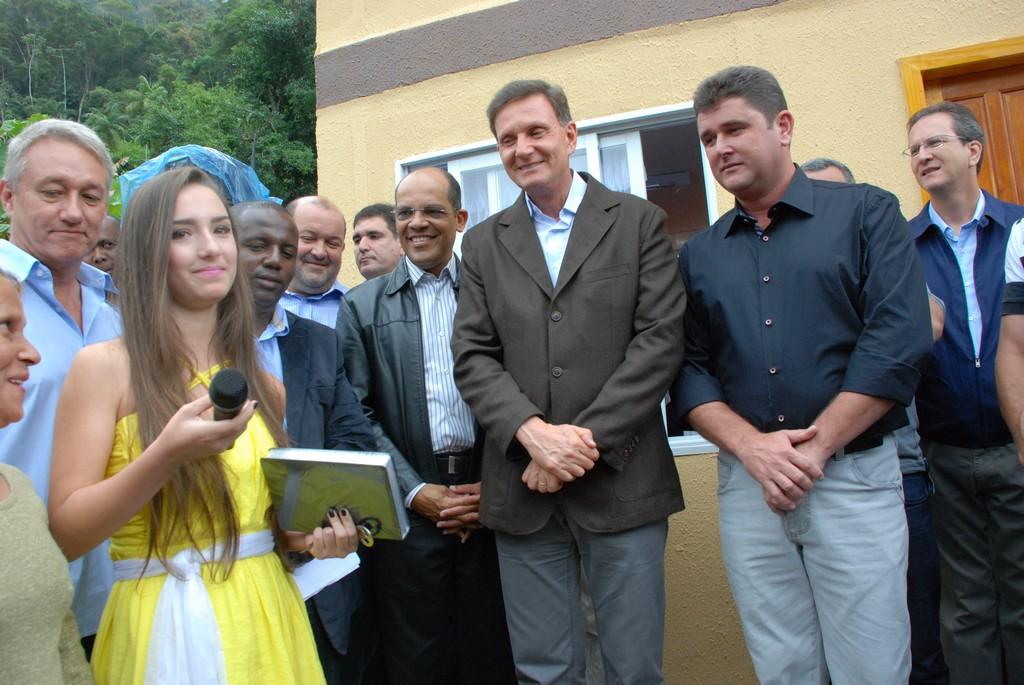 Na ocasião, antes da apresentação, o ministro entregou próximo à secretaria uma casa nova, construída com recursos próprios a uma das famílias atingidas pela catástrofe de janeiro de 2011
