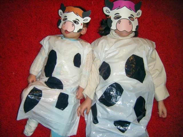 disfraz de vaca hecho con bolsas de basura y una mascara