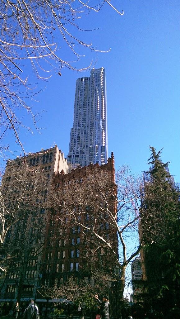 Rascacielos de Frank Gehry visto desde el parque del Common de Nueva York