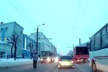Tabrakkan Diri ke Bus, Pria Ini Bikin Anda Ngakak