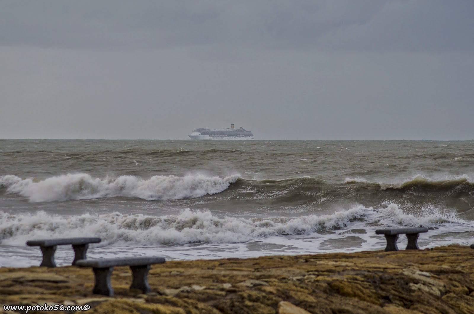 Transatlántico en la bahía de Cadiz para entrar a puerto