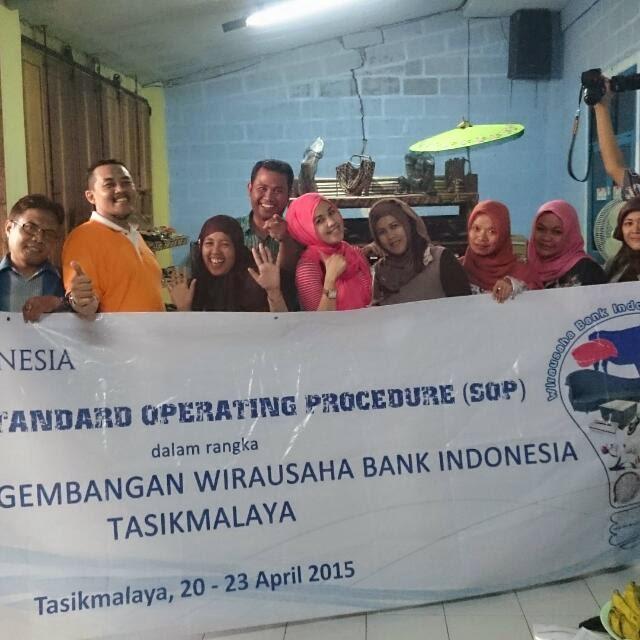 Peserta Coaching Wira Usaha Bank Indonesia Berkunjung dan belajar mengimplementasi tata kelola Organisasi di Perusahaan Kelom Geulis Tasikmalaya