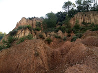L'argila vermella plena de xaragalls i esquerdes profundes caracteritza el paisatge de Les Flandes