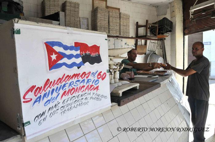 Una propaganda política con una bandera cubana y otra del Movimiento 26 de Julio en una carnicería  en la calle San Lázaro, en La Habana, Cuba, el 24 de julio de 2013.