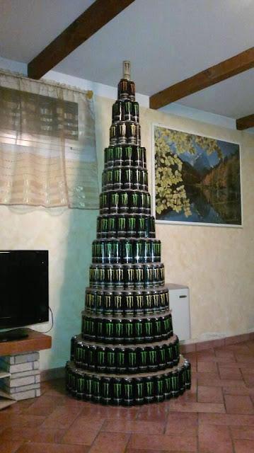 Árbol de Navidad con latas de Monster