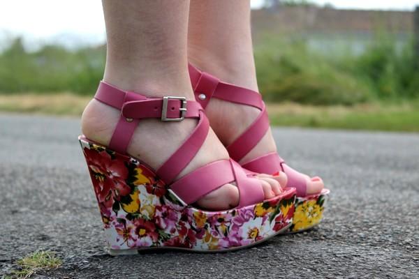 Sandales compensées fleurs