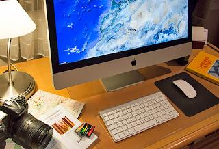 Escena con ordenador, cámara de fotos y documentos